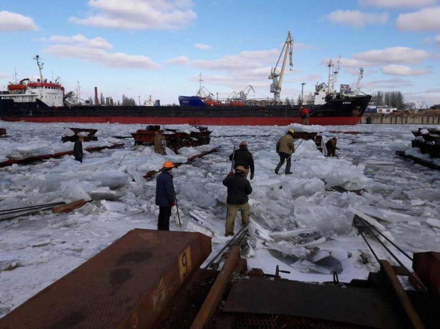 Херсонские судостроители двое суток освобождали судно из ледового плена (фото), фото-1