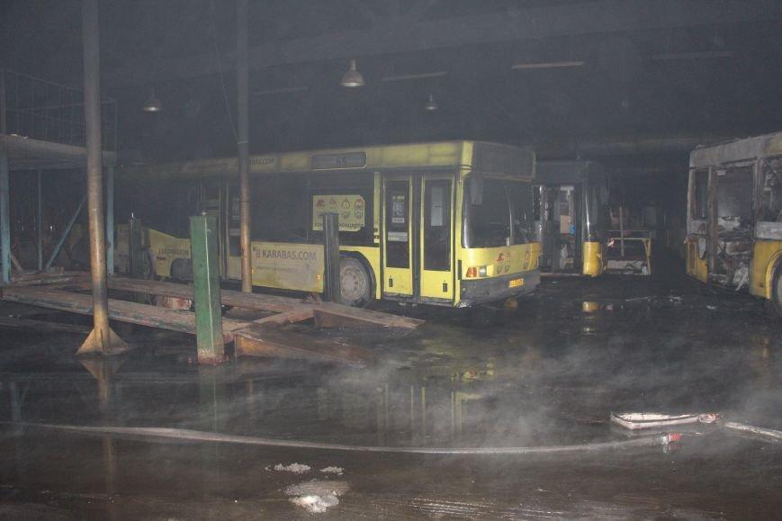 Пожар в автопарке: в Киеве сгорело 6 автобусов (ФОТО), фото-3