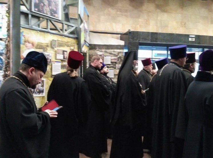 В Днепре московские церковники провели молебен напротив фотографий Героев, погибших в Иловайском котле (ФОТО), фото-3