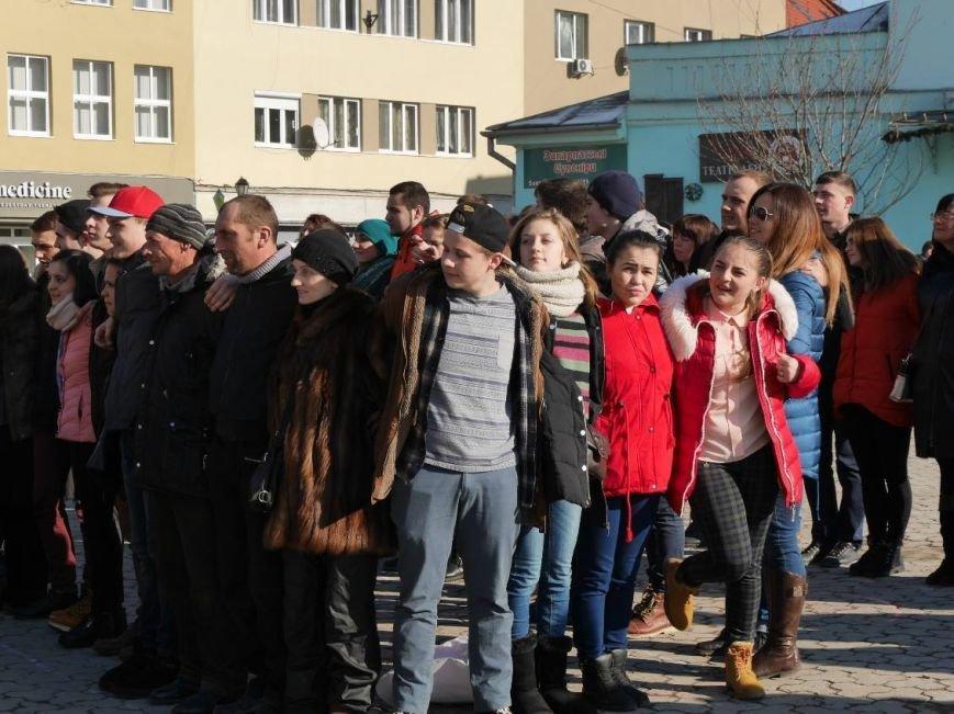 На Театральній обіймались близько 200 ужгородців: фото, фото-8