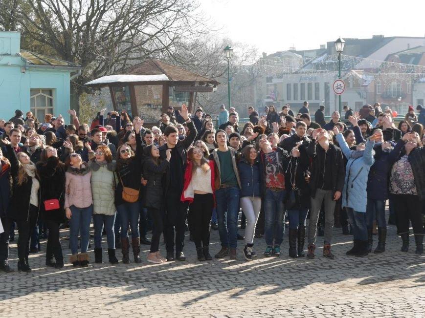 На Театральній обіймались близько 200 ужгородців: фото, фото-1