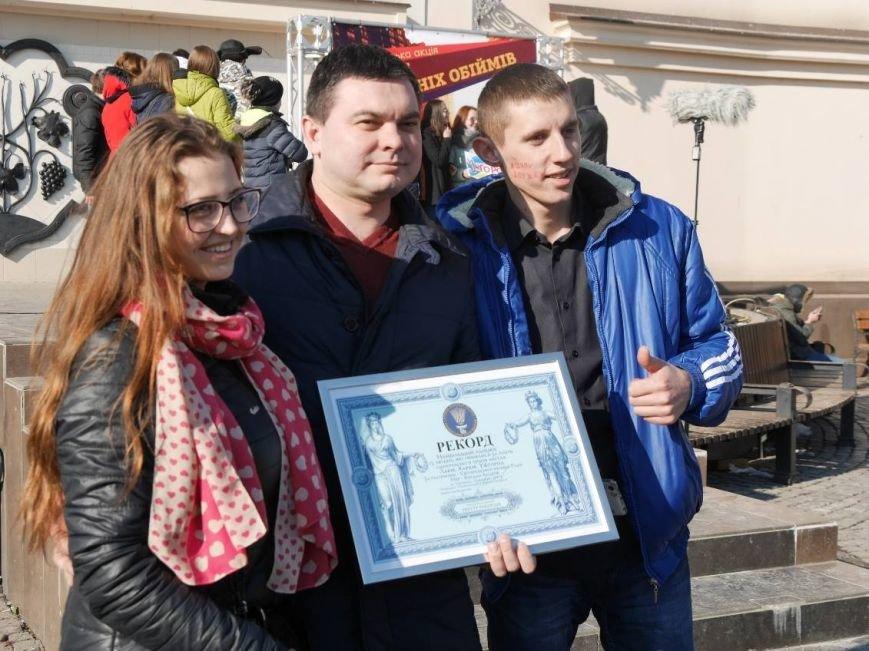 На Театральній обіймались близько 200 ужгородців: фото, фото-10