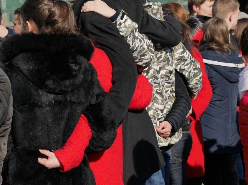 На Театральній обіймались близько 200 ужгородців: фото, фото-11