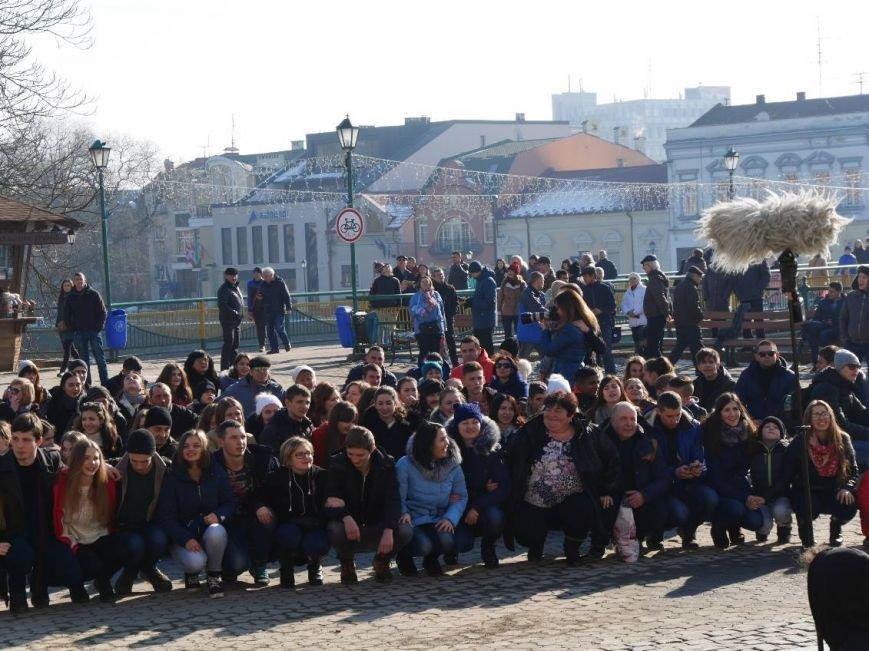 На Театральній обіймались близько 200 ужгородців: фото, фото-6