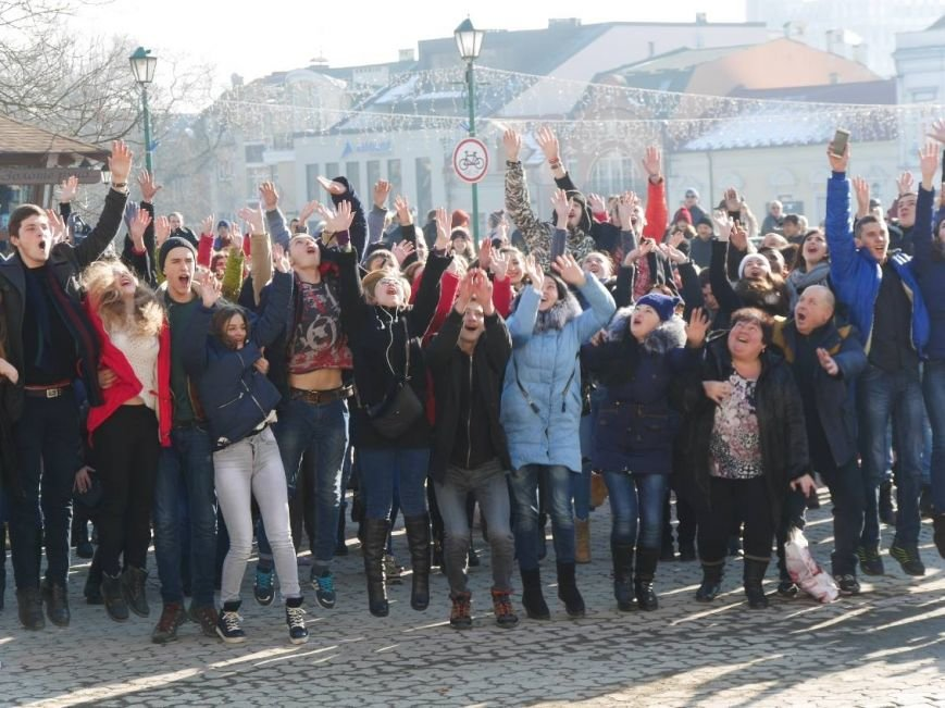 На Театральній обіймались близько 200 ужгородців: фото, фото-4