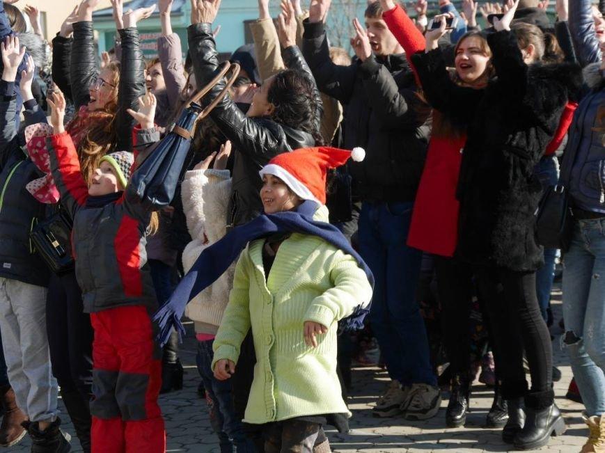 На Театральній обіймались близько 200 ужгородців: фото, фото-7