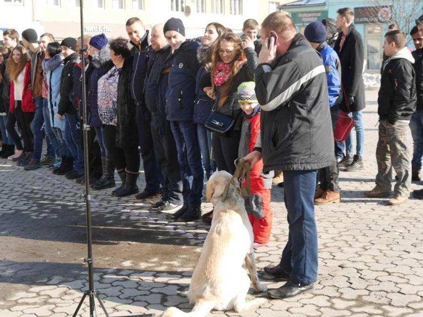 На Театральній обіймались близько 200 ужгородців: фото, фото-2