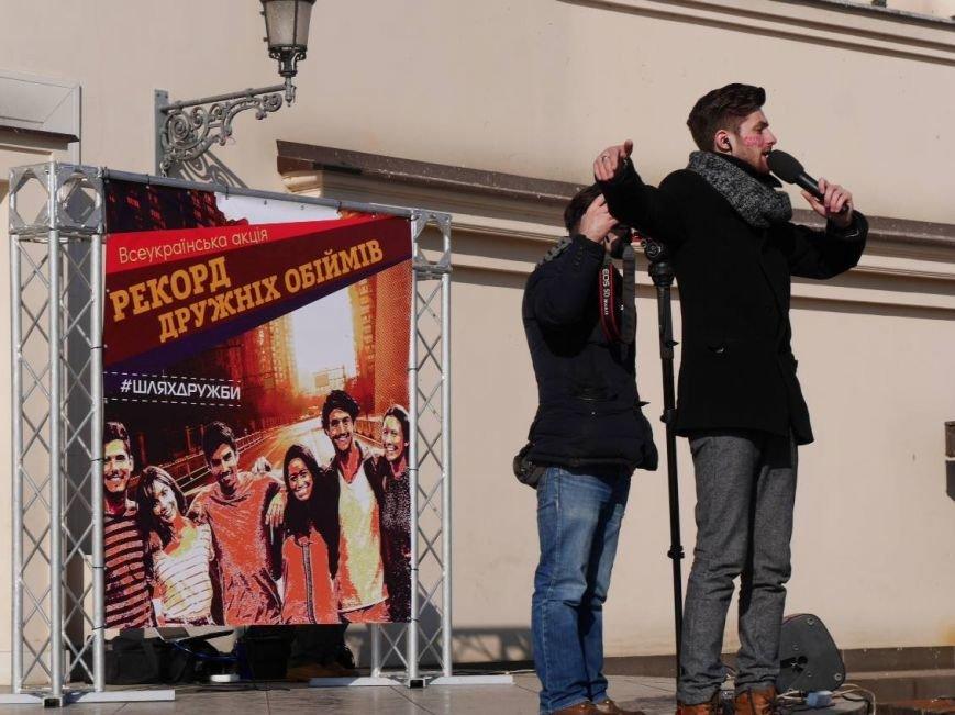 На Театральній обіймались близько 200 ужгородців: фото, фото-9