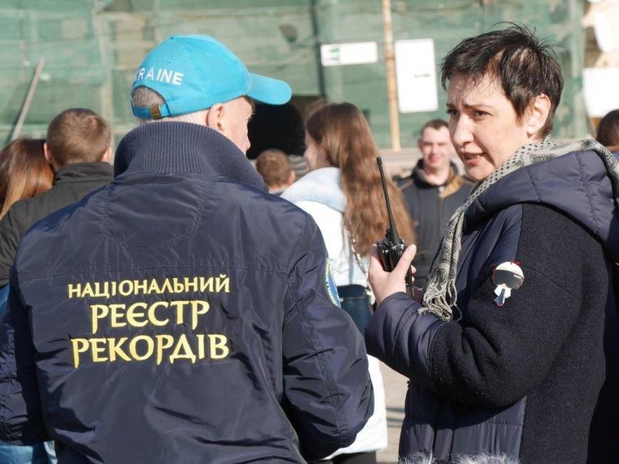 На Театральній обіймались близько 200 ужгородців: фото, фото-12