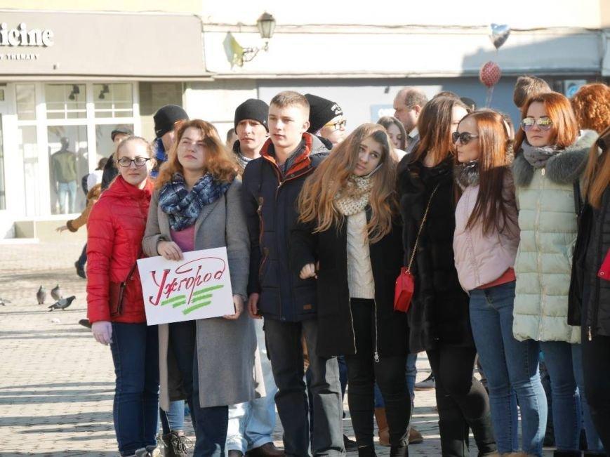 На Театральній обіймались близько 200 ужгородців: фото, фото-3