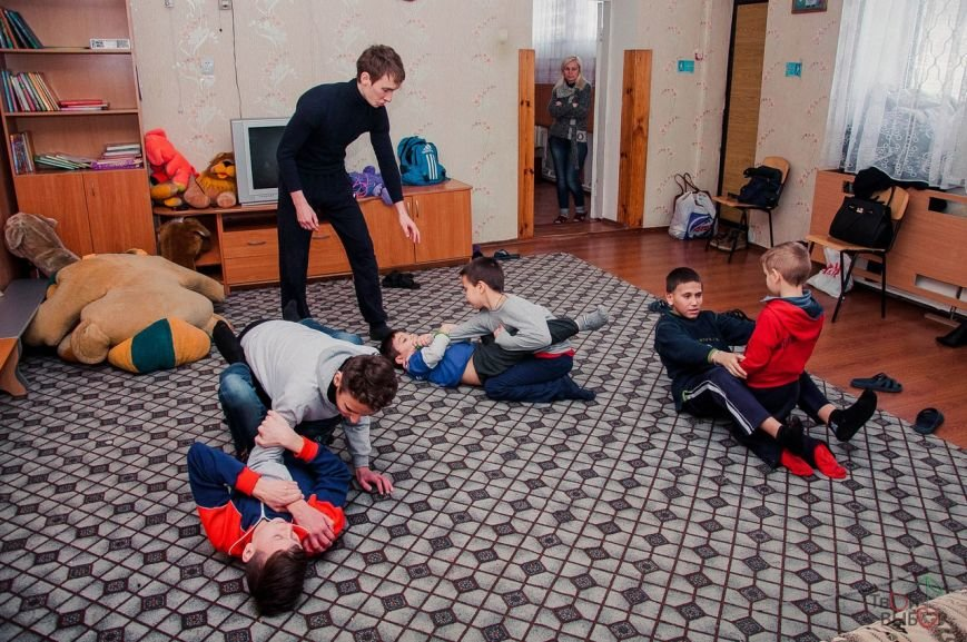 Дети из интерната изучали боевое искусство и мастерили ветряки, фото-5