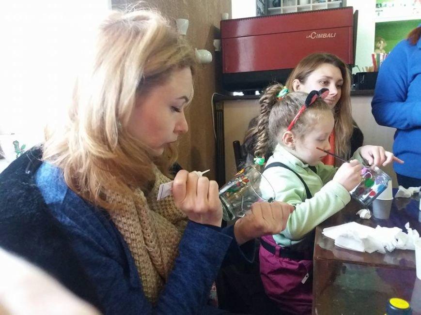 В Херсоне мастер-классы по росписи чашек помогли собрать 1,5 тыс. грн для волонтеров (фото), фото-1
