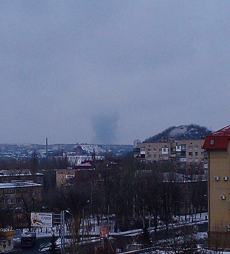 Мощный взрыв в Донецке. Над городом поднялся огромный столб черного дыма (ФОТО, ВИДЕО, ОБНОВЛЕНО), фото-2