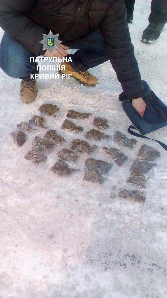 Патрульные задержали криворожанина с 22 пакетами наркотиков (ФОТО), фото-2