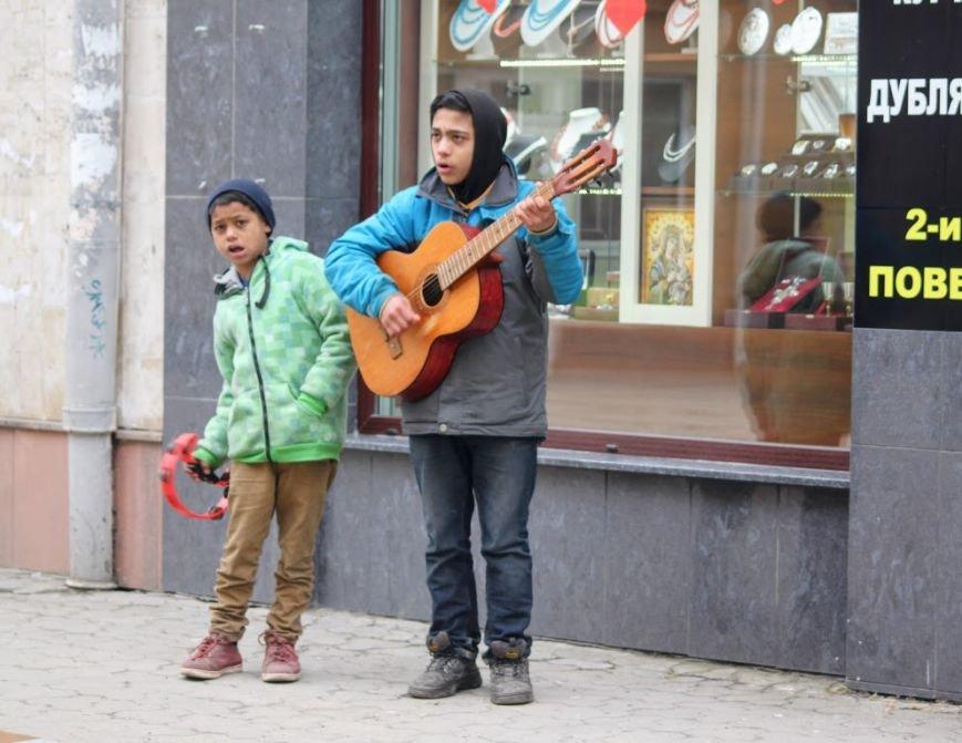 Співаючи про кохання у центрі Ужгорода, Авраам і Руслан заробляють до 400 гривень у день: фото, відео, фото-7