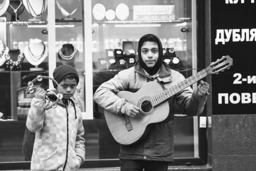 Співаючи про кохання у центрі Ужгорода, Авраам і Руслан заробляють до 400 гривень у день: фото, відео, фото-1