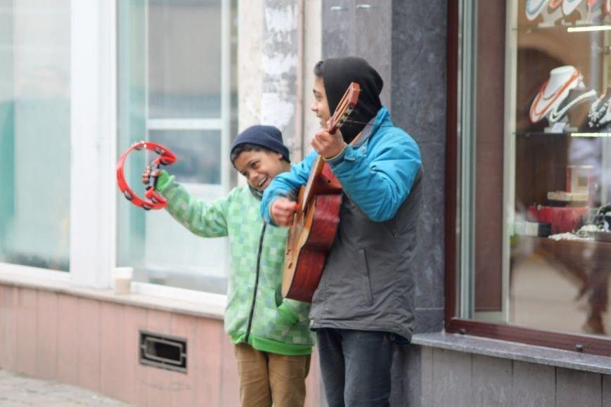 Співаючи про кохання у центрі Ужгорода, Авраам і Руслан заробляють до 400 гривень у день: фото, відео, фото-3