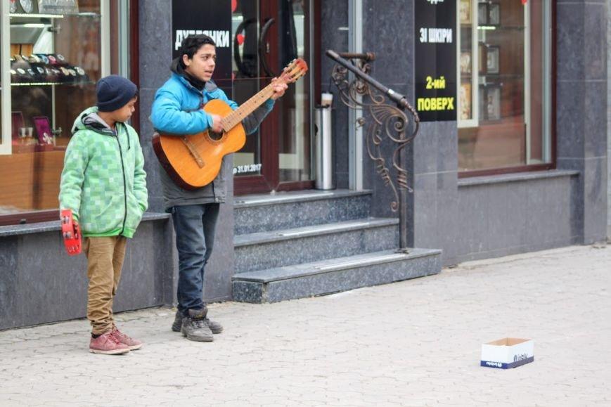 Співаючи про кохання у центрі Ужгорода, Авраам і Руслан заробляють до 400 гривень у день: фото, відео, фото-6
