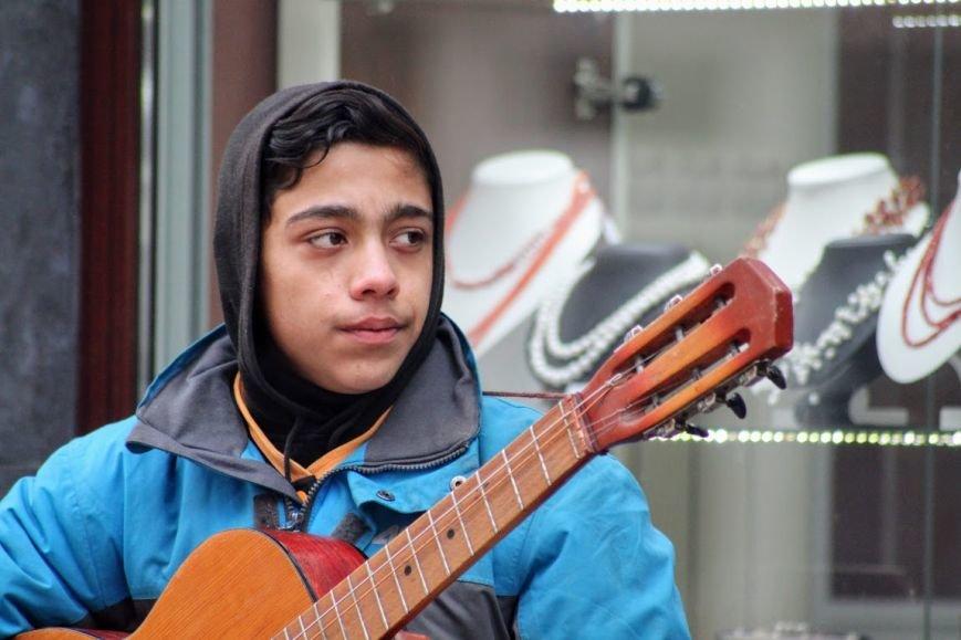 Співаючи про кохання у центрі Ужгорода, Авраам і Руслан заробляють до 400 гривень у день: фото, відео, фото-4