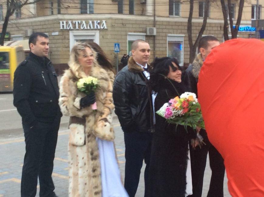 Свадьба на морозе: на Театральной площади Мариуполя мерзли женихи и невесты (ФОТО+ВИДЕО), фото-6