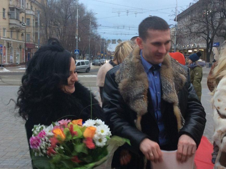 Свадьба на морозе: на Театральной площади Мариуполя мерзли женихи и невесты (ФОТО+ВИДЕО), фото-1