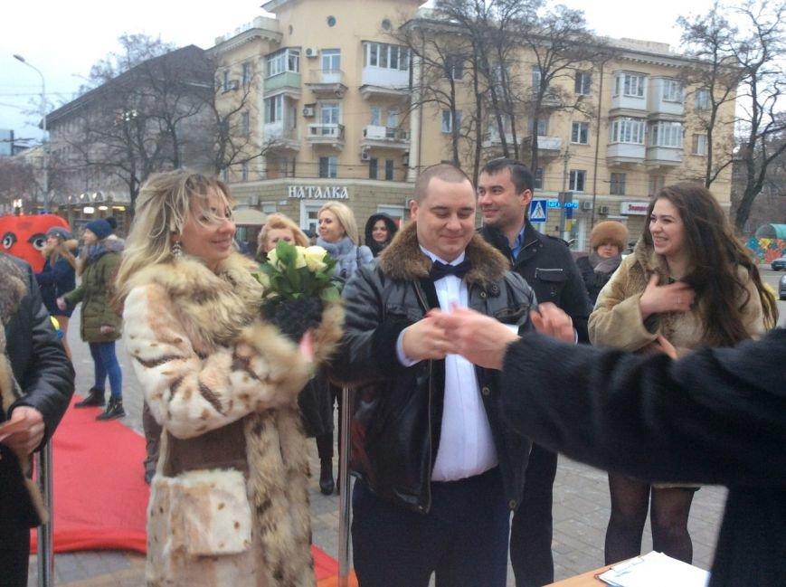 Свадьба на морозе: на Театральной площади Мариуполя мерзли женихи и невесты (ФОТО+ВИДЕО), фото-2