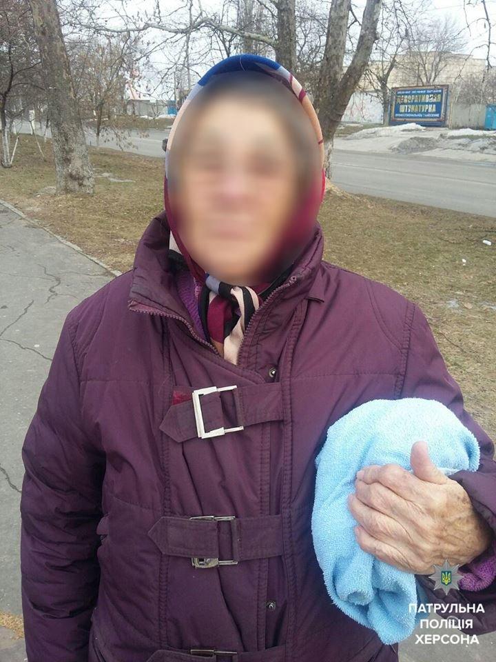 Херсонські патрульні відвезли додому 75-річну жінку, яка загубилась, фото-1