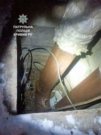 Ранним утром двое криворожан пытались вырезать кабель в открытых люках (ФОТО), фото-1