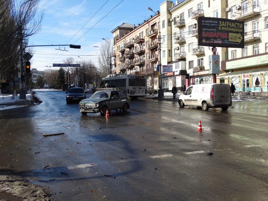 На главном перекрестке Мариуполя столкнулись два белых автомобиля (ФОТО,ВИДЕО), фото-1