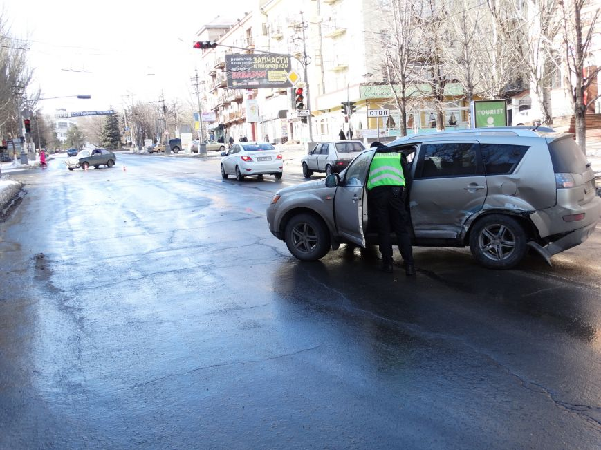 На главном перекрестке Мариуполя столкнулись два белых автомобиля (ФОТО,ВИДЕО), фото-2