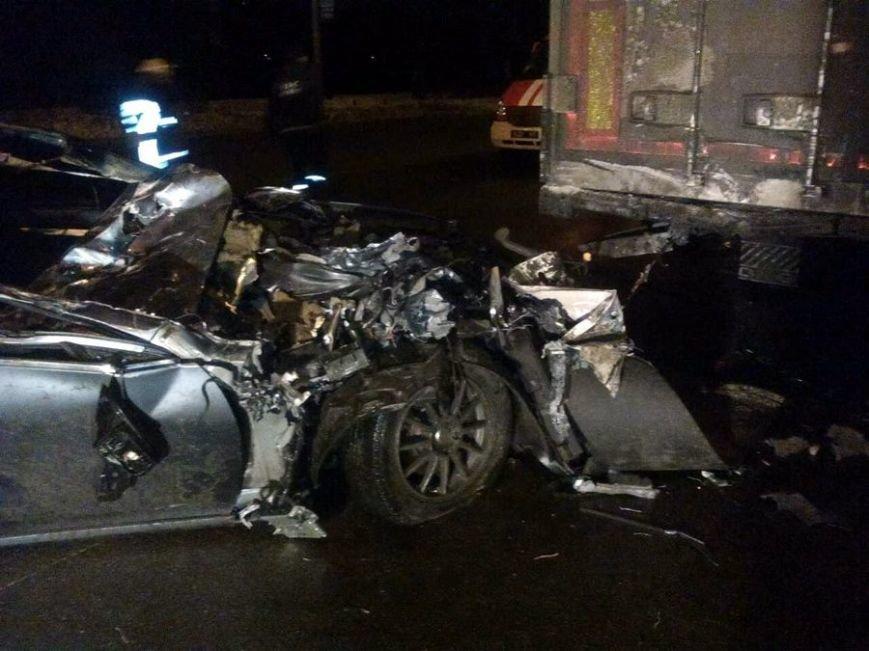 В Киеве Infiniti въехал в грузовик, фото-1
