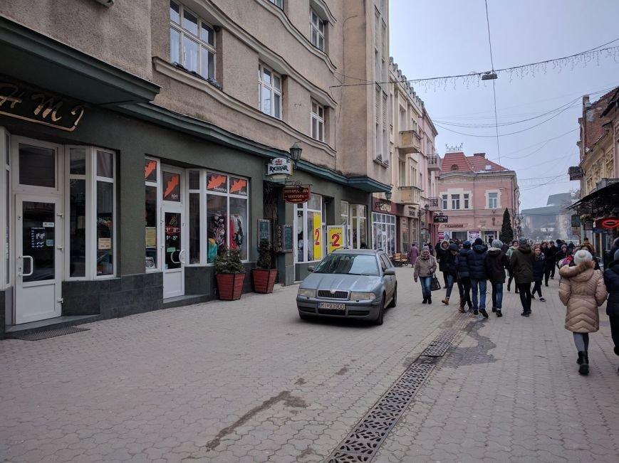 """В Ужгороді на Корзо """"розсікає"""" горе-водій на """"словацькій"""" """"Шкоді"""": фото, фото-1"""