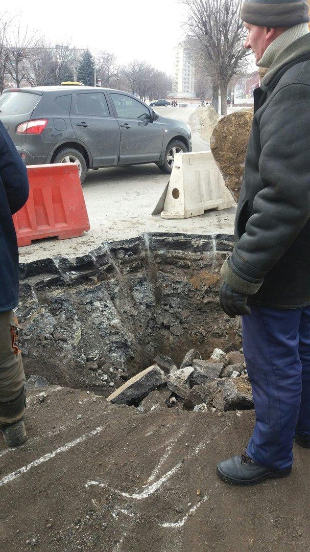 В Каменском работники Горводоканала ликвидируют аварию на оживленном перекрестке, фото-1