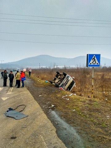 """Біля Ужгорода перекинувся мікроавтобус """"приватника"""", який віз людей у Тячів: фото, фото-2"""