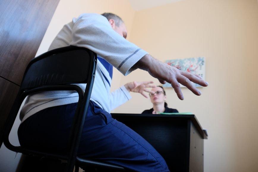 8 Зі своїми тривогами атовці діляться з психіатром.