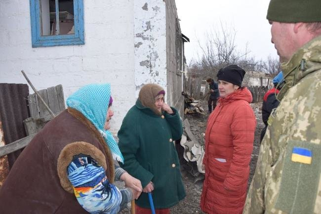 ВСУ помогают жителям расстрелянного поселка Трудовское (ФОТО), фото-1