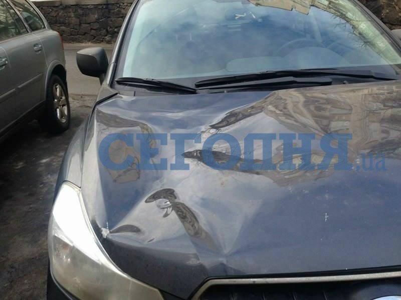 В Киеве глыба снега разбила машину (ФОТО), фото-3
