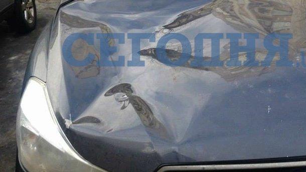 В Киеве глыба снега разбила машину (ФОТО), фото-1