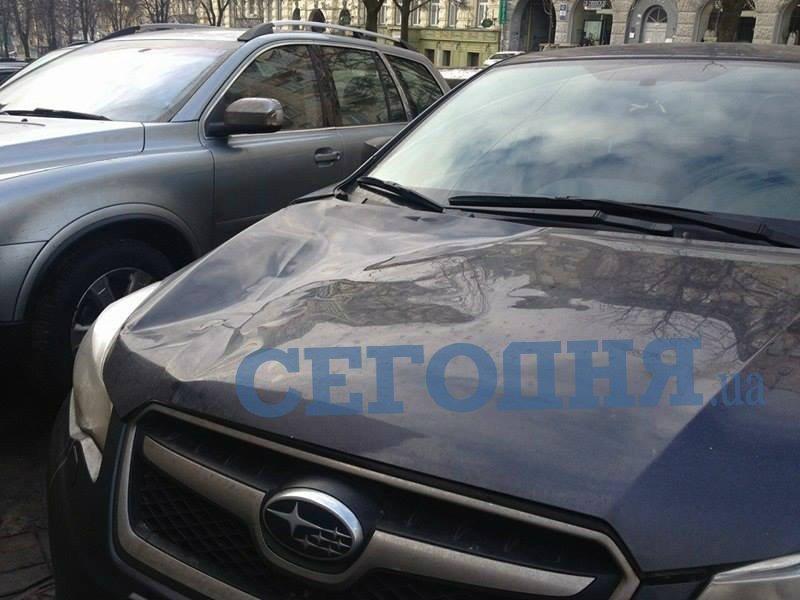 В Киеве глыба снега разбила машину (ФОТО), фото-2