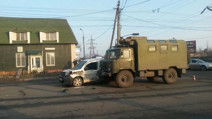 В Мариуполе столкнулись иномарка и военный автомобиль (ФОТО), фото-4