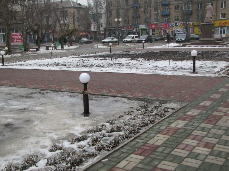 Вандалы опять крушат светильники на центральной площади, фото-1