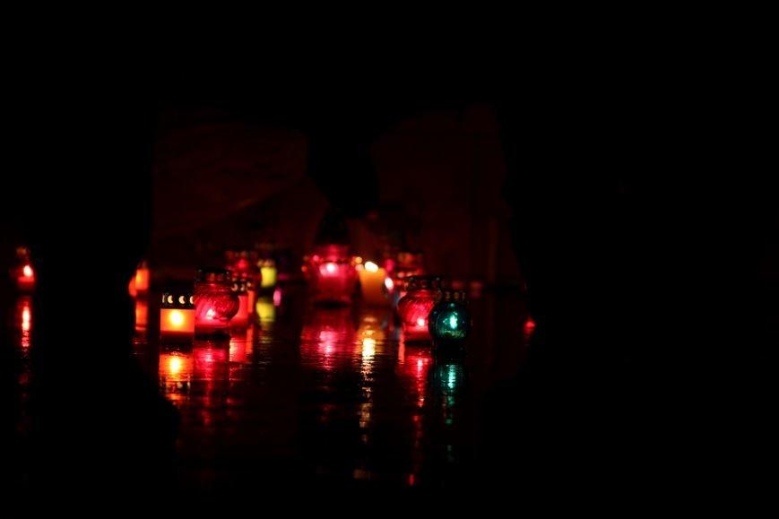 """""""Герої не вмирають"""": в Ужгороді на Театральній вшанували Небесну сотню (Фоторепортаж), фото-8"""
