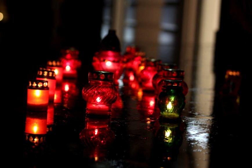 """""""Герої не вмирають"""": в Ужгороді на Театральній вшанували Небесну сотню (Фоторепортаж), фото-7"""