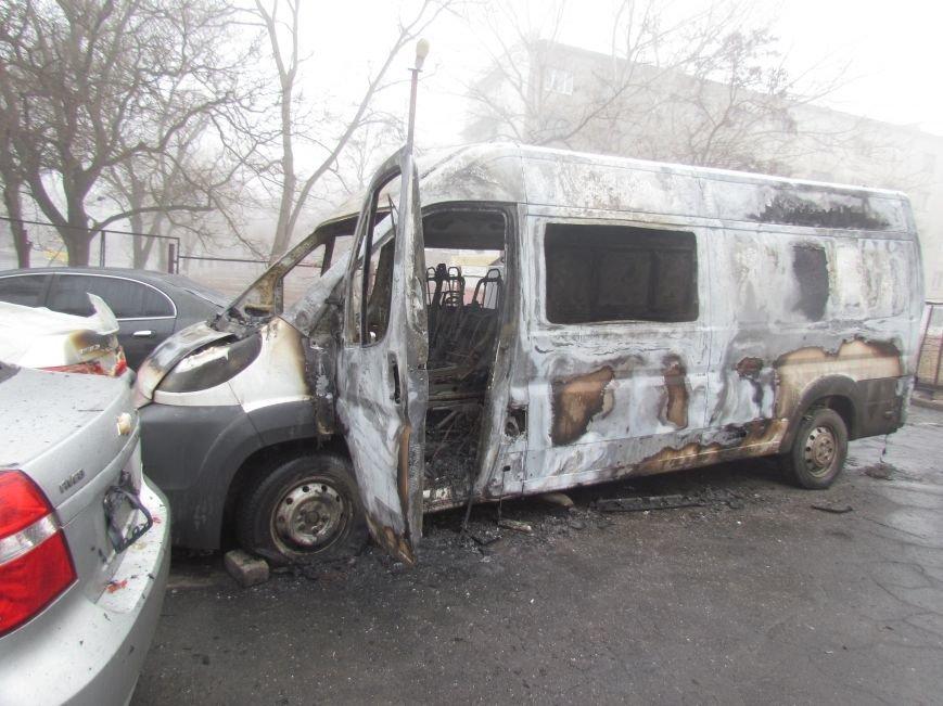 В Мариуполе ночью подожгли катафалк и 6 автомобилей (ФОТО+ВИДЕО), фото-1