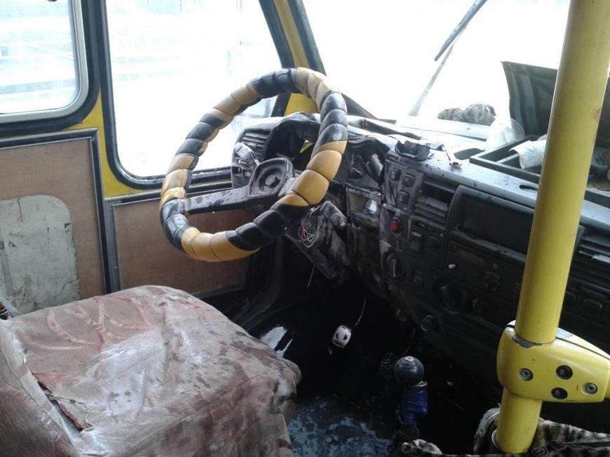 У Херсоні рятувальники загасили маршрутний автобус, в якому сталося коротке замикання електропроводки (фото), фото-1