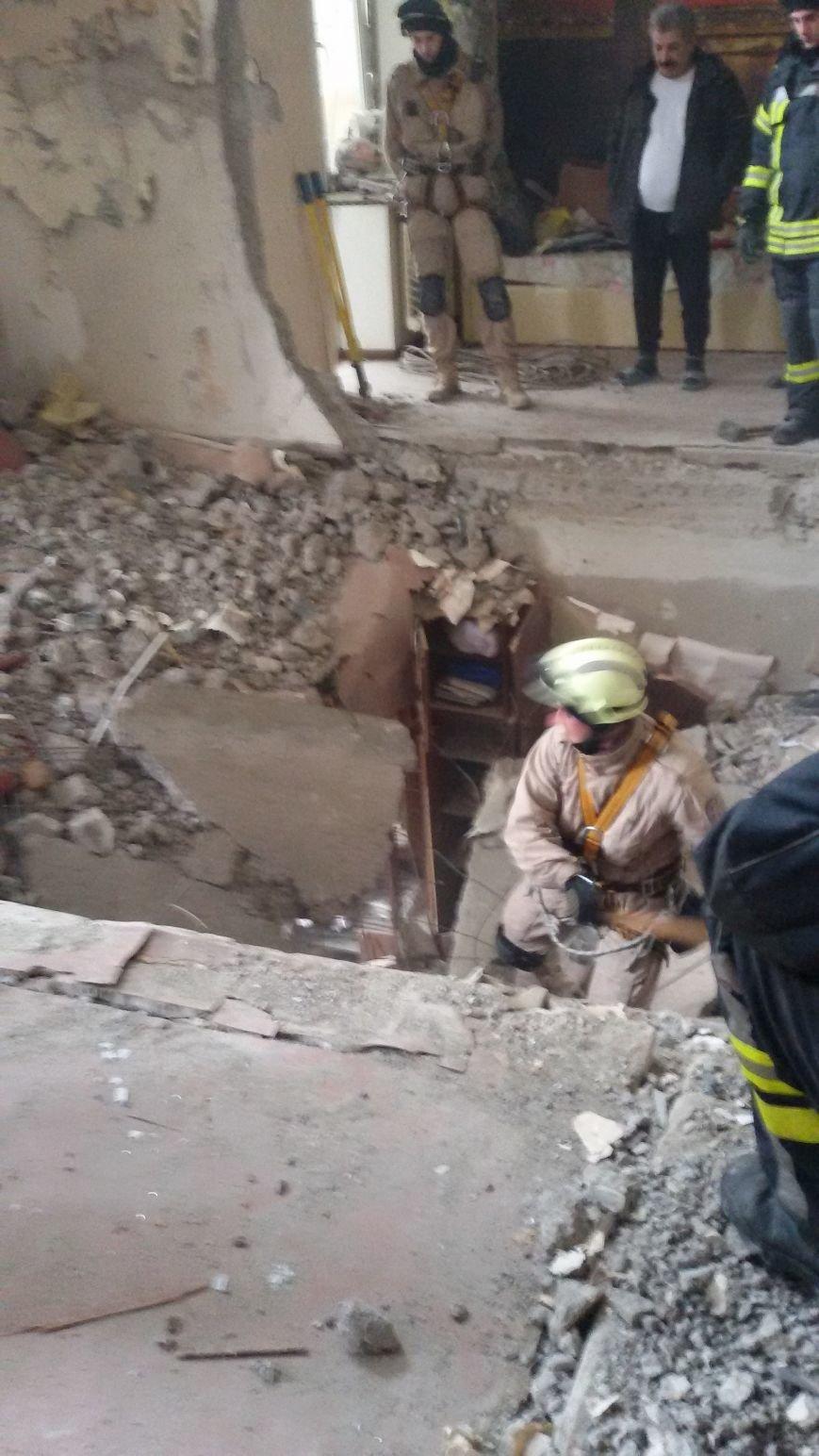 В разрушенной взрывом авдеевской многоэтажке полным ходом идут восстановительные работы (ФОТОФАКТ), фото-2