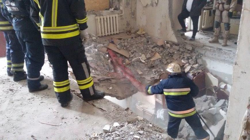 В разрушенной взрывом авдеевской многоэтажке полным ходом идут восстановительные работы (ФОТОФАКТ), фото-1