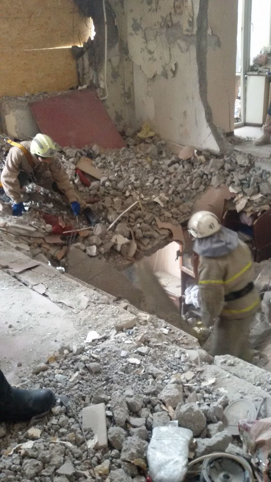 В разрушенной взрывом авдеевской многоэтажке полным ходом идут восстановительные работы (ФОТОФАКТ), фото-3