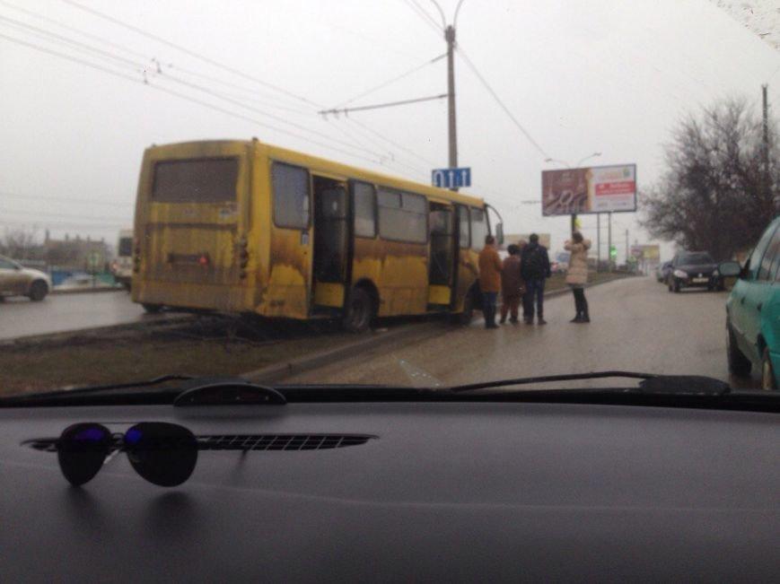 В Симферополе маршрутка объезжала пробку по разделительной полосе и увязла в грязи (ФОТО), фото-1