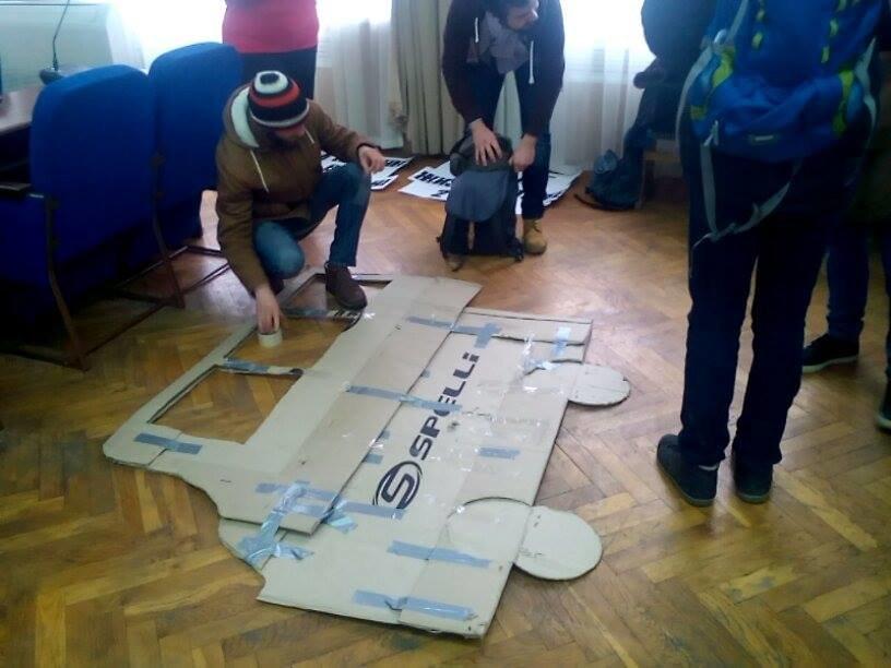 Херсонцы в ожидании внеочередной сессии соорудили картонную маршрутку, фото-1